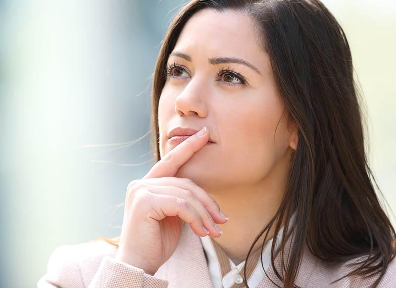 Nachdenkliche Frau versinkt in Gedanken